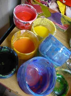 plusieurs pots de peinture
