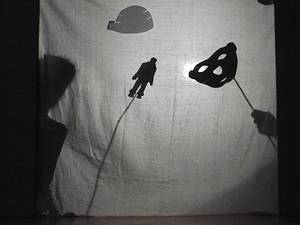Une pièce de théâtre d'ombres jouée lors d'une