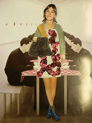 Un collage de coupures de journaux faites par un patient d'un logothérapeute. Le collage montre une jeune femme souriante devant une table, entourée d'hommes en uniforme noir.