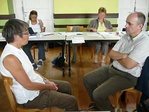 Deux participants à la Formation en Logothérapie font un jeu de rôle