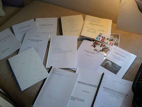 plusieurs exemples de mémoires écrits par les participants à la Formation en Logothérapie